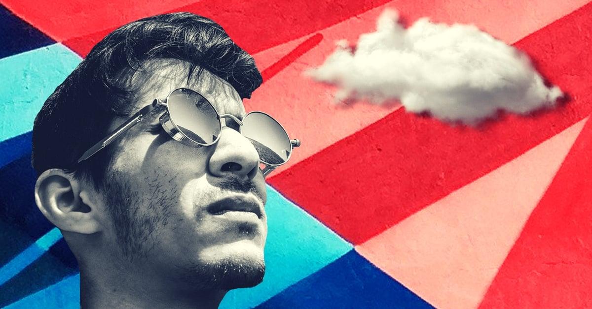człowiek patrzy na chmurę elastyczność usługi chmurowej